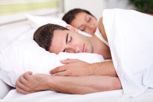 пара спить у ліжку