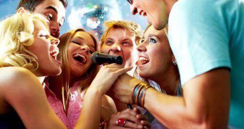 друзі співають у мікрофон