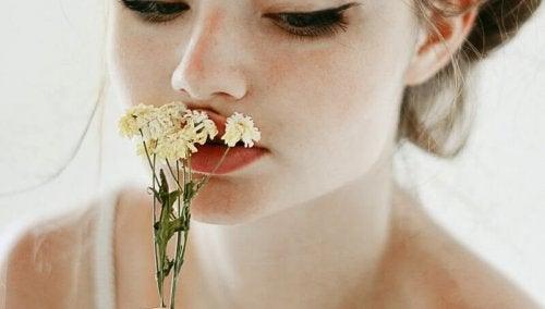 квіти та дівчина