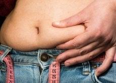жир на животі
