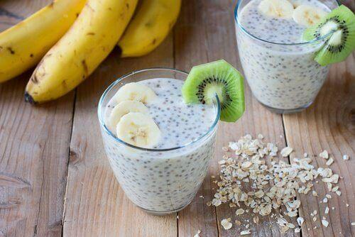 вівсянка, насіння чіа та фрукти для корисного сніданку