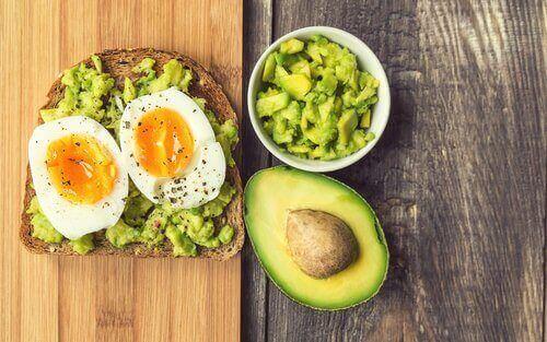 хліб, авокадо, яйця
