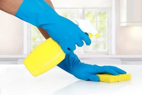 використання бури для очищення стін, підлоги, раковин