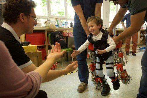 Цей екзоскелет може допомогти дітям з паралічем нижніх кінцівок знову ходити