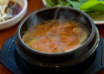 гарячий суп у тарілці