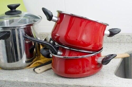 використання бури для чищення сковорідок та каструль
