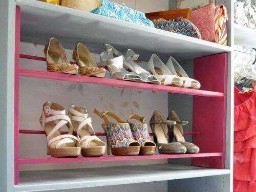 кольорові полиці з взуттям