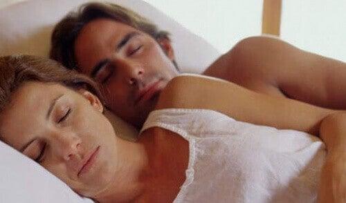 як спати у двох