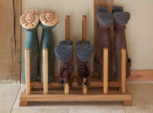 дерев'яні стовпи для зберігання гумових чобіт