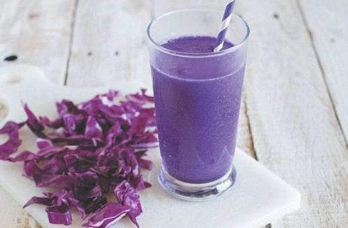 напій та фіолетова капуста