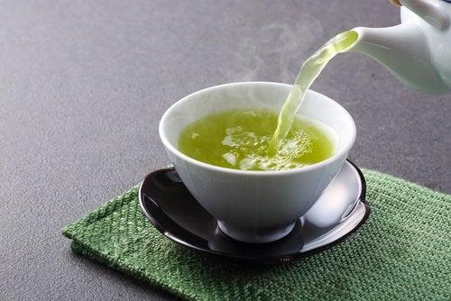 чай заливають окропом