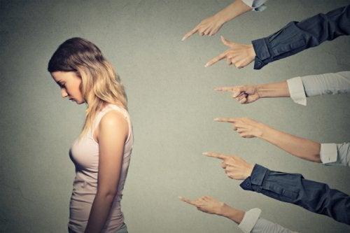 люди вказують пальцями на дівчину