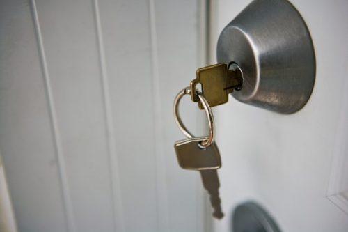 ключі вставлені в дверний замок