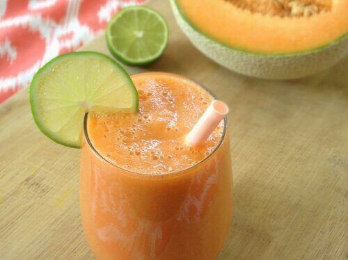 морквяний коктейль з динею і лимоном