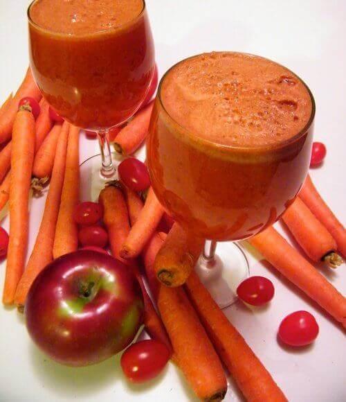 морквяні коктейлі з яблуком та полуницею