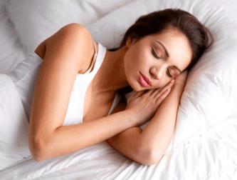дівчина спить у ліжку