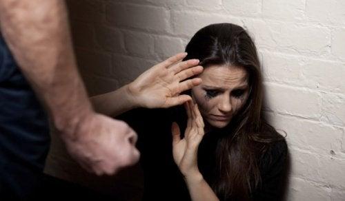7 ранніх ознак стосунків, в яких присутнє насильство