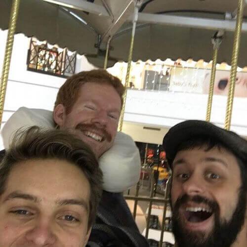 Справжня дружба: вони несли свого друга-інваліда в подорожі