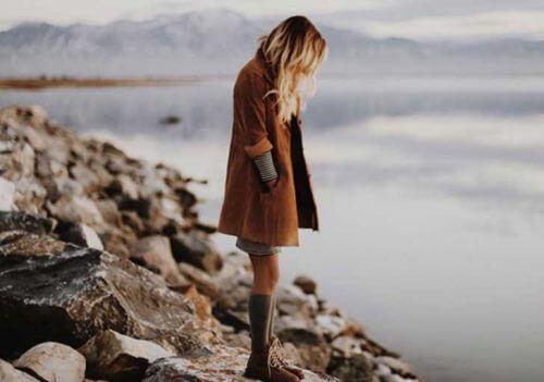 дівчина на березі річки