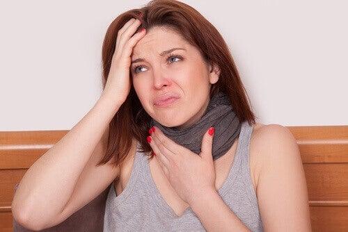 хворій дівчині болить горло