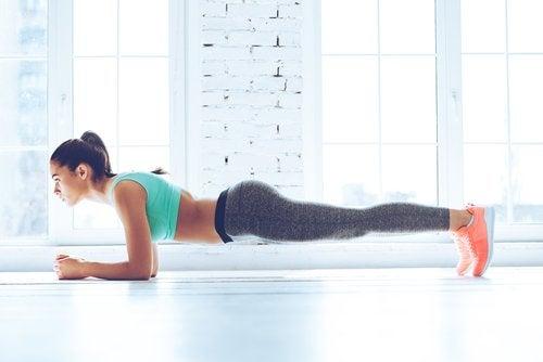 дівчина виконує планку для схуднення