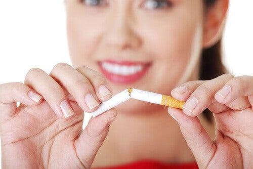 дівчина ломає сигарету