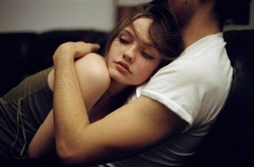 чоловік обіймає дівчину