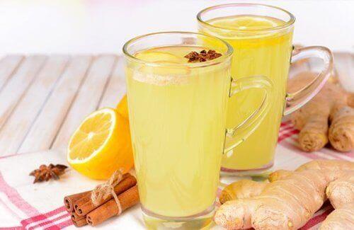 лимонад з корицею та імбиром у склянках