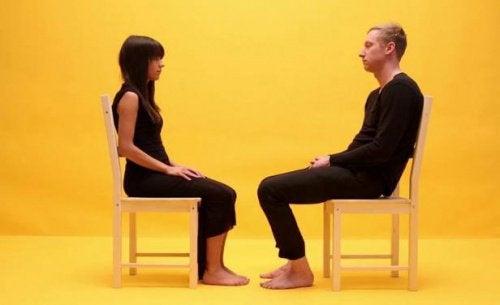 чоловік сидить на стільці навпроти жінки