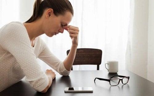 дівчина переживає стрес