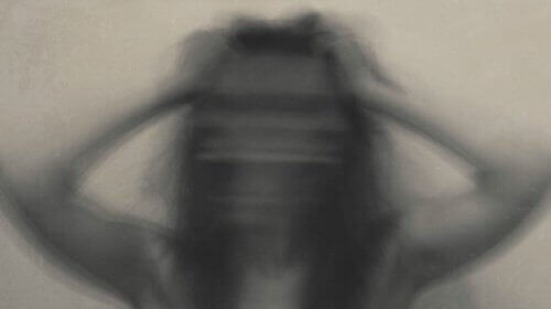 жінка тримається за голову