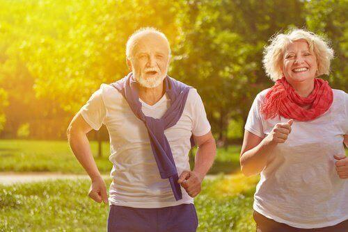 пара у похилому віці займається бігом