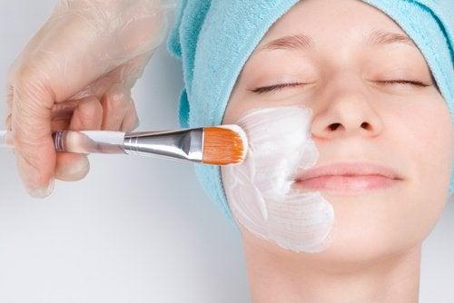 жінка наносить маску для обличчя