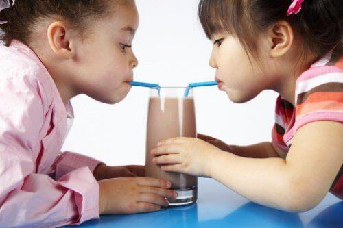 діти п'ють шоколадні коктейлі
