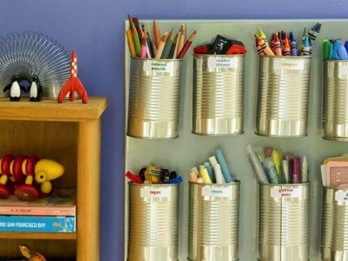 у бляшанках можна зберігати ручки та олівці