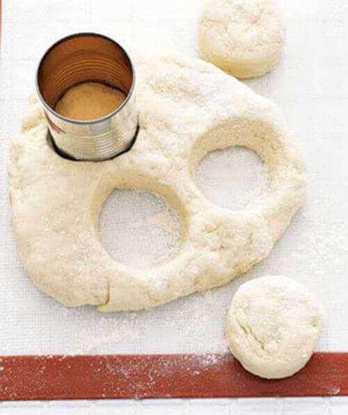 бляшанки можна використати для вирізання печива