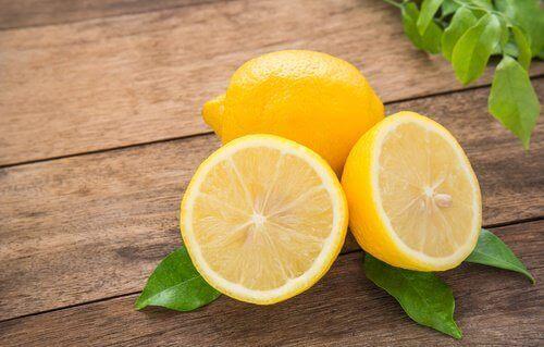 лимон розрізаний навпіл