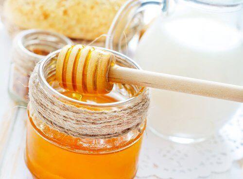 маска для волосся з медом і молоком