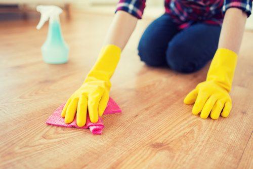 жінка прибирає