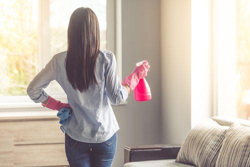 дівчина прибирає