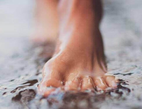 біль кісточки на великому пальці ноги
