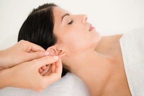 масаж вуха
