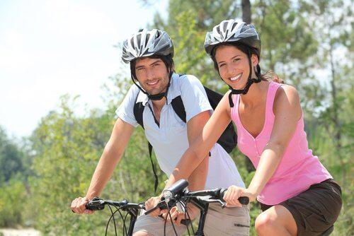 чоловік і жінка на велосипедах