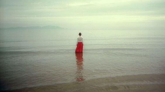 дівчина стоїть в морі