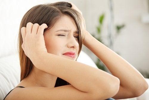 жінка з головним болем