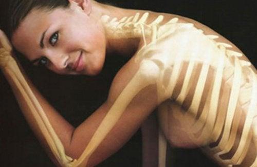 жінка з намальованими кістками