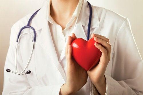 лікар з серцем у руках