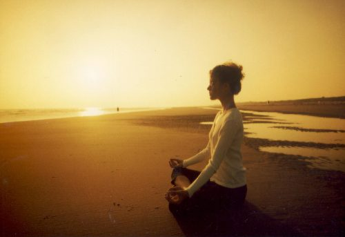 дівчина медитує