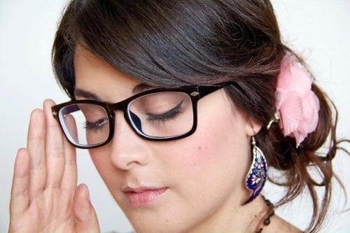 Як надягати та знімати окуляри?