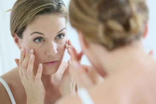 жінка відмічає ознаки передчасного старіння на обличчі